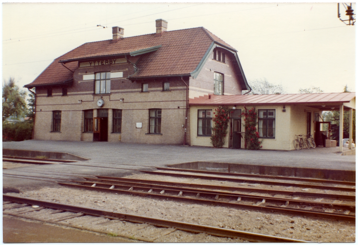 """Stationen anlagd 1907-08-23, Stationen hette under en tiden """"Kungälvs Ytterby"""" från 1933-07-01 till 1/10 1953."""