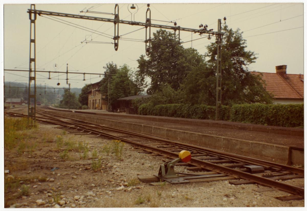 Stationen anlagd 1907. Stationshus i två våningar i sten. Expedition och väntsal renoverad 1937.