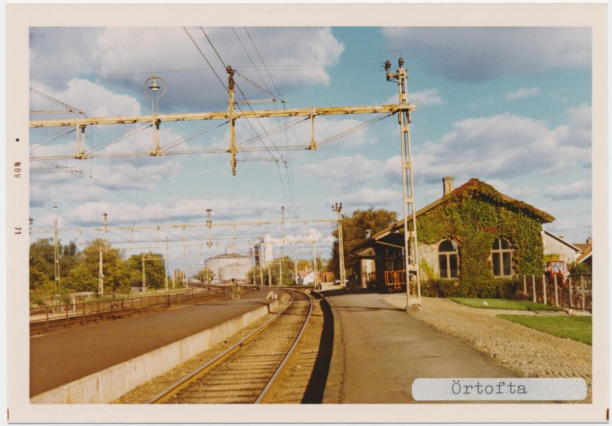 Örtofta station 1971. Statens Järnvägar, SJ. Stationen öppnades 1857. Stationshuset byggdes 1858 och revs på slutet av 1970-talet. Men 1983 anlades en hållplats för Pågatågen. Banan elektrifierades 1933.