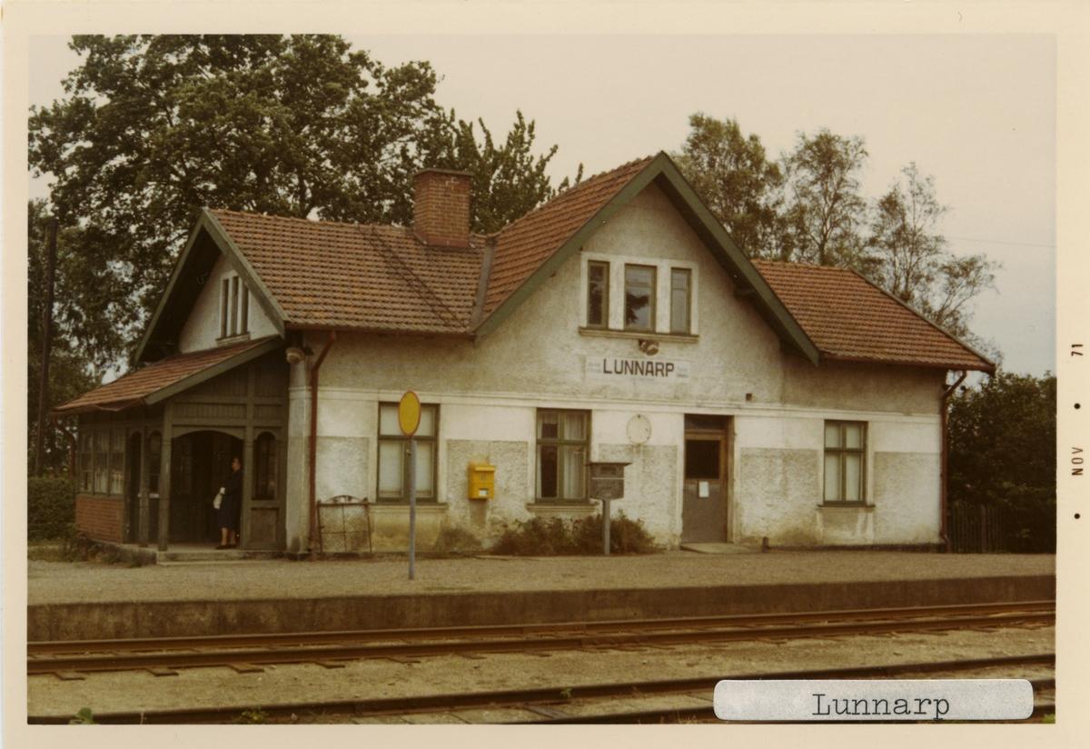 Lunnarp station 1971. Simrishamn - Tomelilla Järnväg, CTJ. Stationen öppnades 1882. Det första stationshuset byggdes 1882 och ett nytt byggdes 1915, som finns kvar som privatbostad. Gick över till Malmö-Tomelilla Järnväg, MöToJ 1896 och till Statens Järnvägar, SJ 1943. Banan elektrifierades 1996.