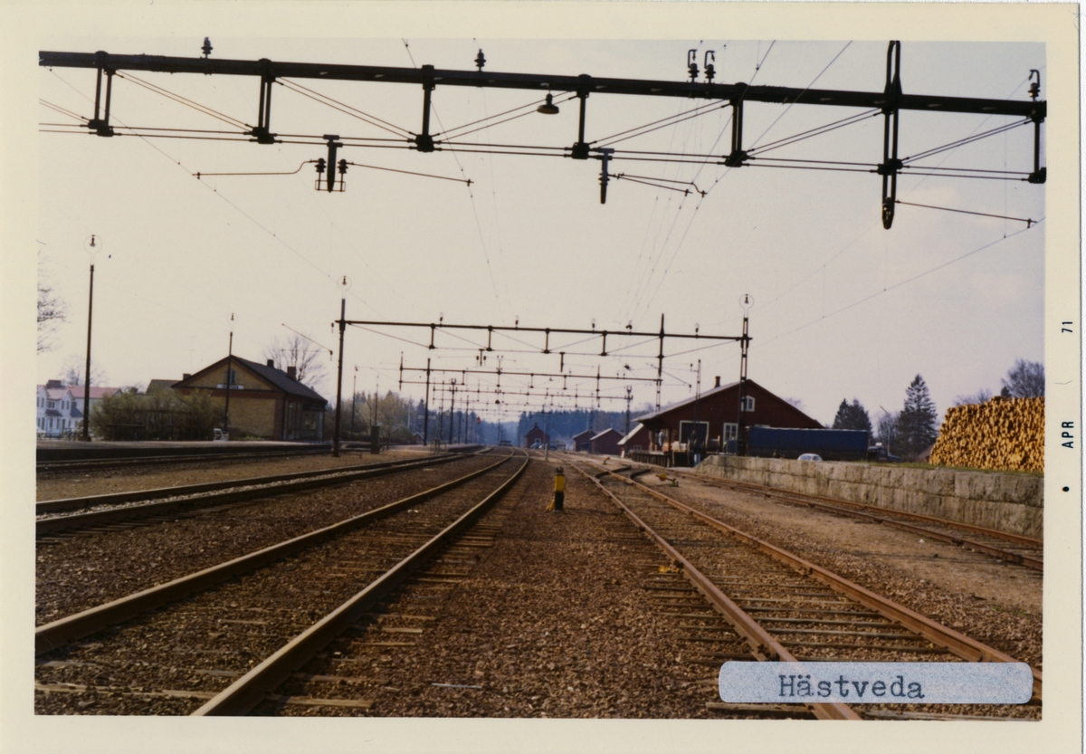 Stationen öppnad 1862.-08-01 Envånings stationshus i trä. Det första stationshuset brann redan 1868, nytt envånings stationshus uppfört i sten samma år. Sålt 1965 till Hässleholms kommun, övertaget 2000 av Hästveda hembygdsförening. Huset kvar 1995. Hästveda - Karpalunds Järnväg, HKJ hade ett tvåports lokstall med vändskiva, uppfört 1896. Ännu kvar på 1960-talet. Rivet i februari 1976. Vändskivan tagen till Kristianstad Järnvägsmuseum.