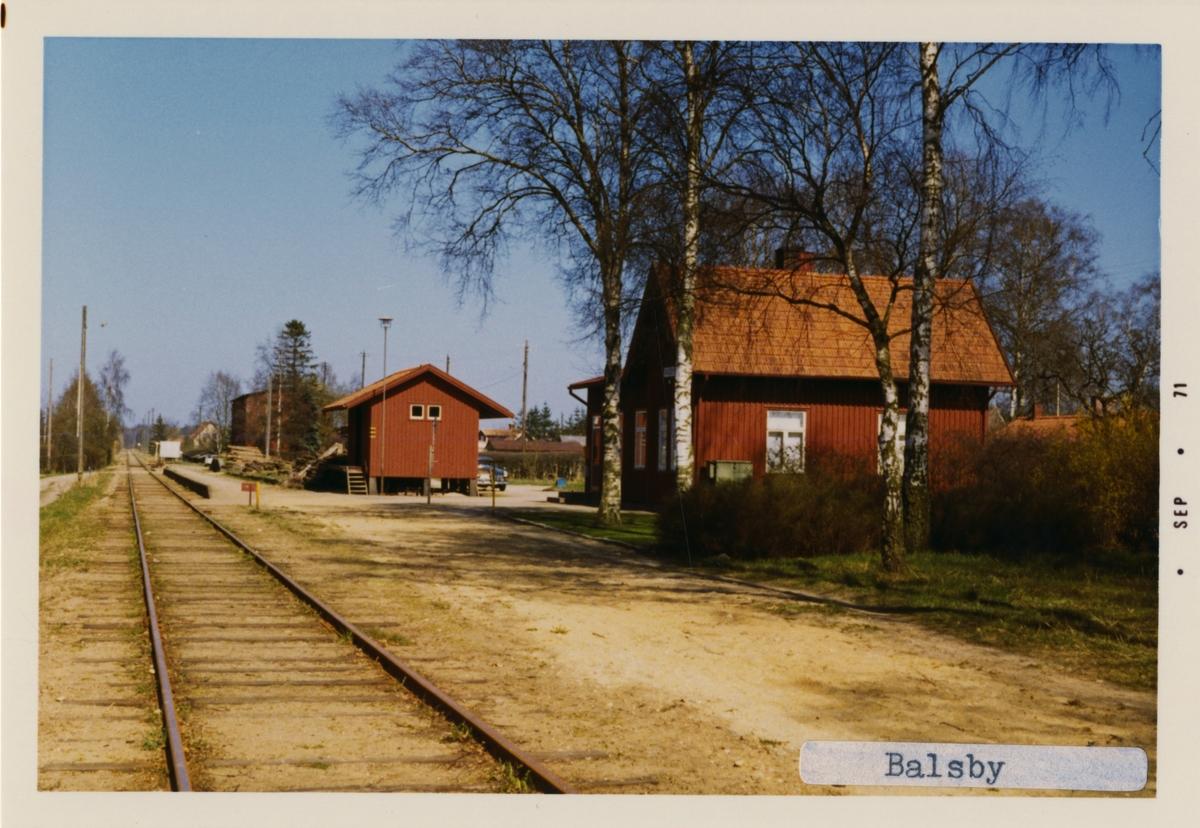 Stationen byggd 1885 .Stations huset är ett envånings stationshus i trä, byggt i vinkel med en gavel mot banan. Finns nu i privat ägo.