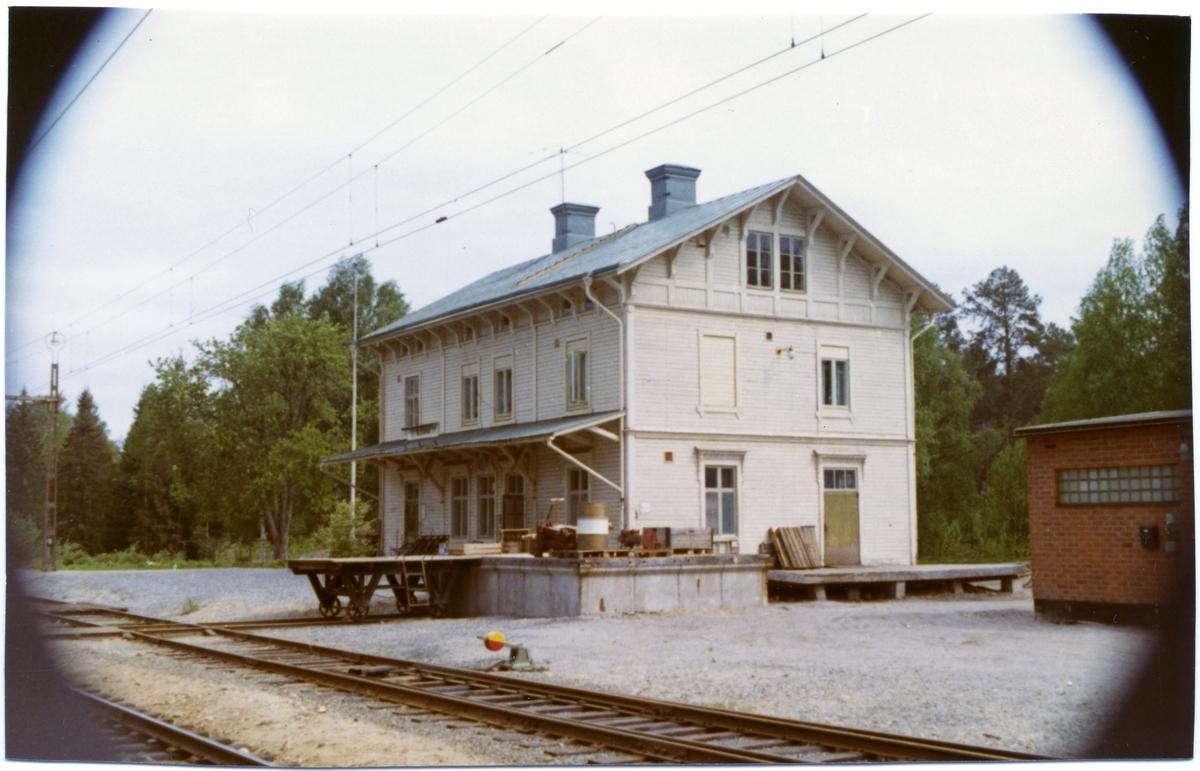 Tvåvånings stationshus i trä av Hällnäsmodell. Byggår 1890