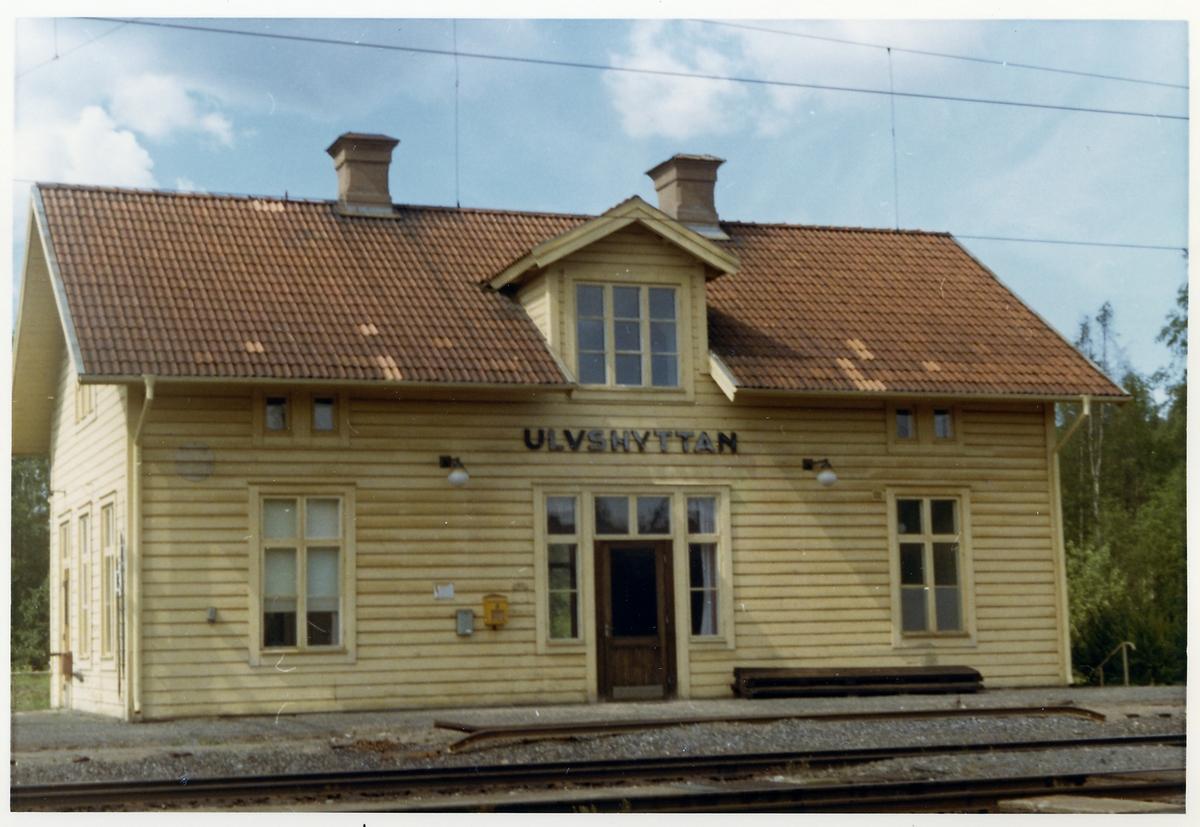 Trafikplats med en- och enhalvvånings stationshus. Mekanisk växelförregling. Från stationen går en linbana till Ulfshytte Järnverk för transport av trävaror från eget sågverk Till 1894-10-01 var namnet SKRÄCKA .Namnet skrevs också ULFSHYTTAN.