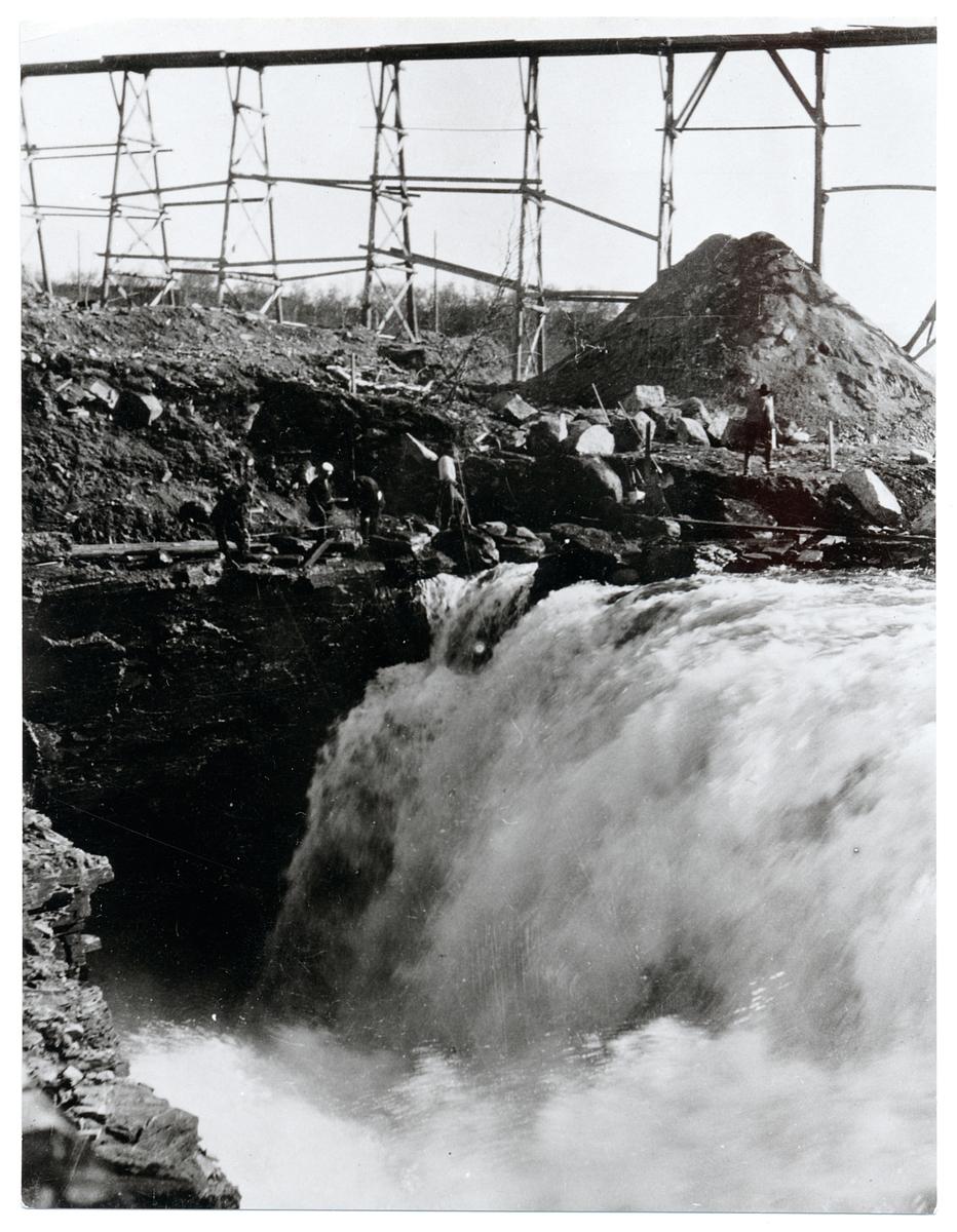 Vattentunneln vid Abiskojokk å. Riksgränsbanan under byggnadstiden.