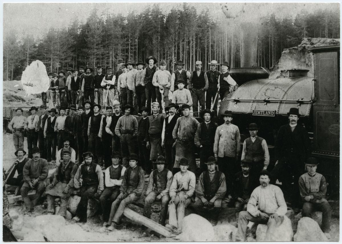 """Rallarlag vid bygget av stadsbanan Ljusdal-Hudiksvall. Loket på bilden är SJB 6 """"Jemtland"""". (Statens Järnvägsbyggnads) Överfördes till SJ 1889 som SJ Ä 510 """"Jemtland"""". Slopat 1898, Skrotat 1898."""
