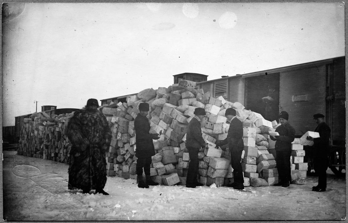 Paketgods lastas ut vid Hapranda skeppsbro under Första världskriget.