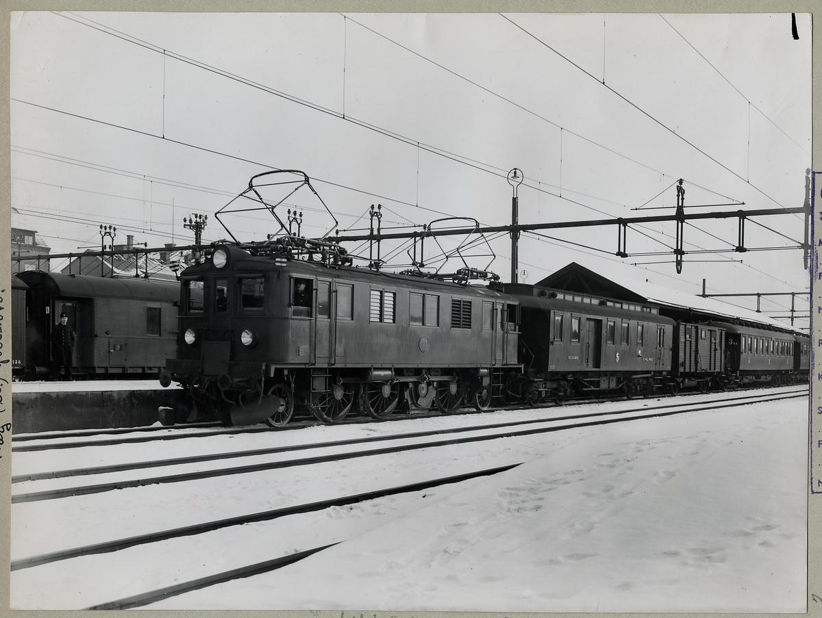 Statens Järnvägar SJ D 123 med persontåg.