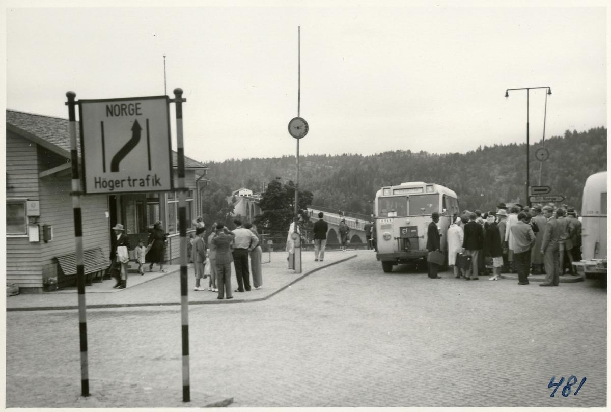 Busstationen vid Svinesund med resande till och från Norge.