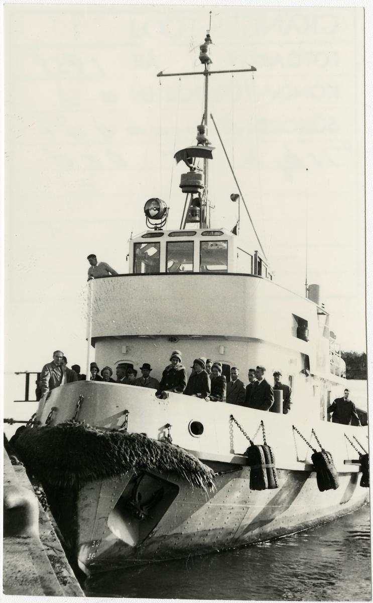 """Bogserbåten """"Isbjörn"""" i hamn."""