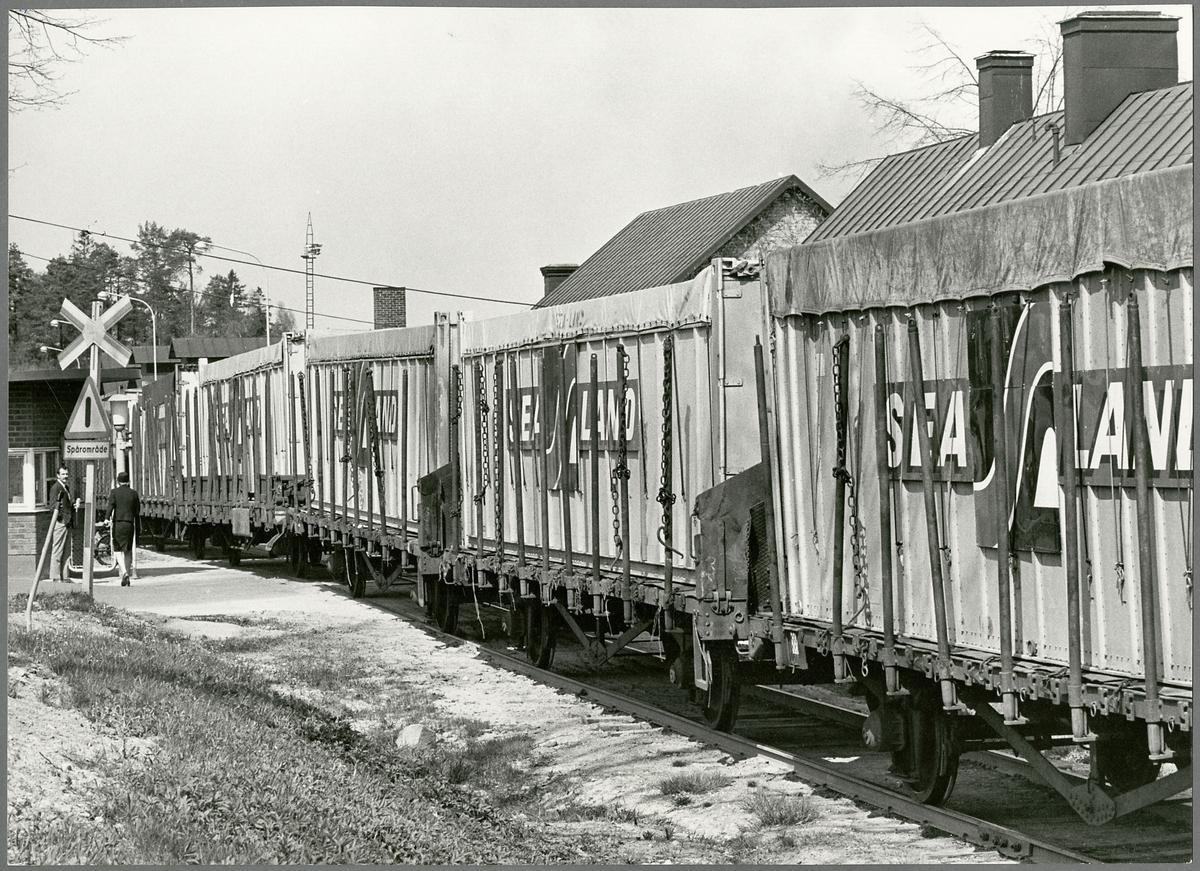 Godsvagnar med rostfritt skrot från USA på väg till Nyby bruk.