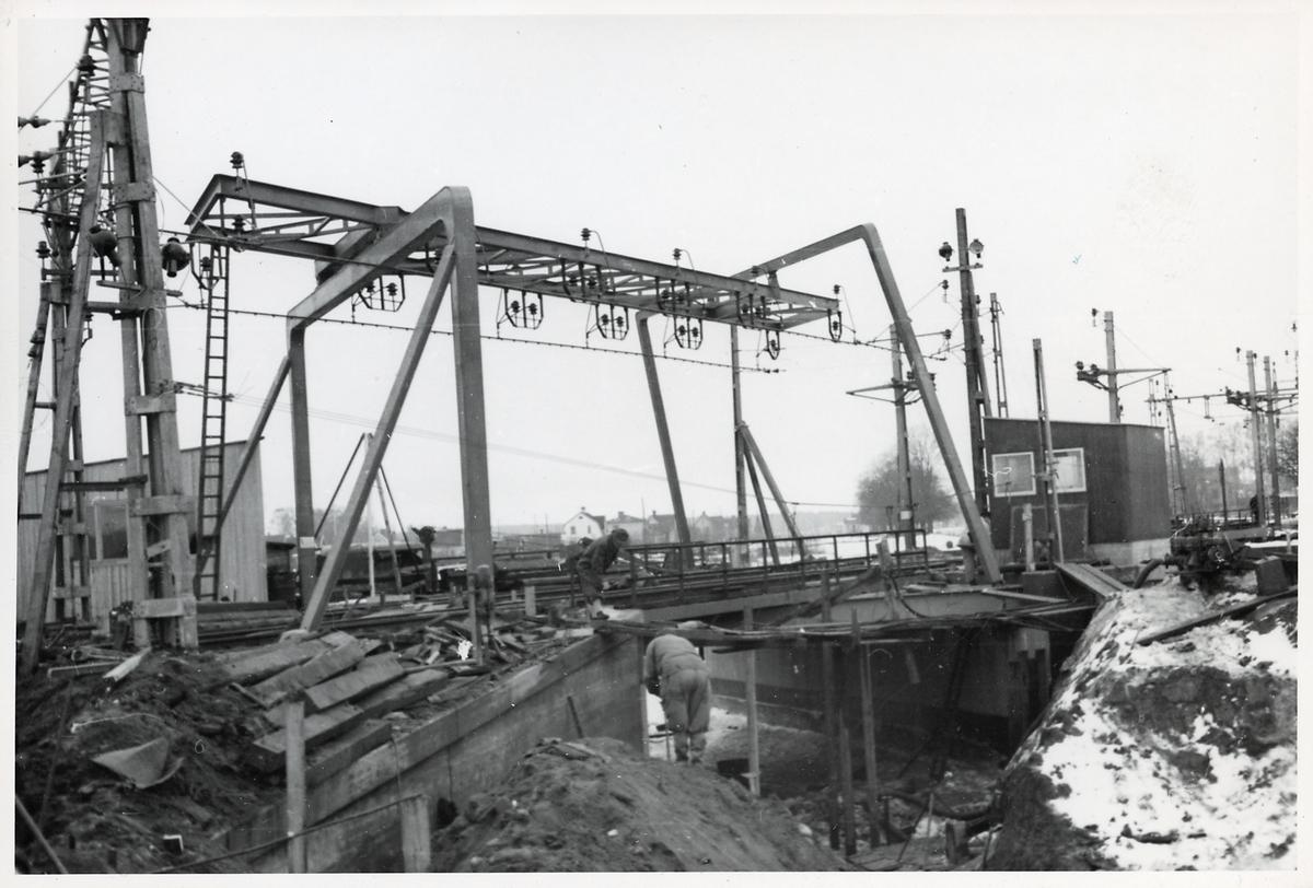 Järnvägsbygge i Töreboda över Göta kanal.