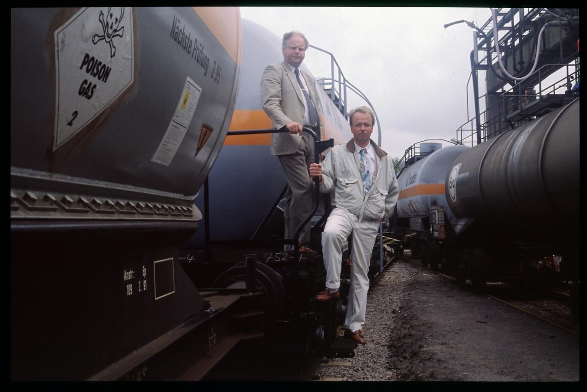 Män vid godsvagnar.