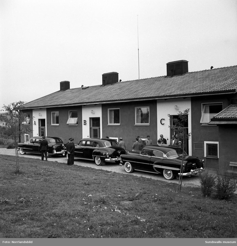 Statsminister Tage Erlander med flera besöker Östrand med omgivningar, direktör Axel Enström guidar.