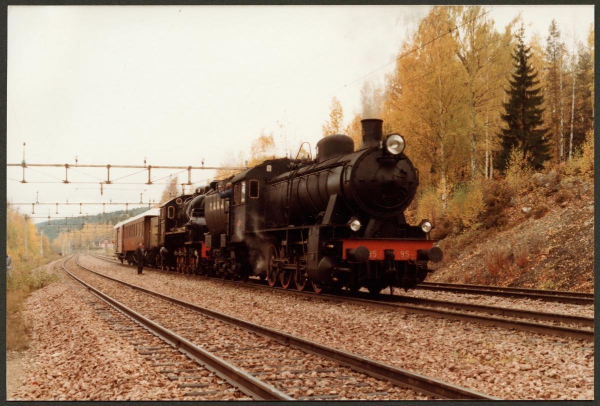 Trafikaktiebolaget Grängesberg - Oxelösunds Järnväg, TGOJ Gb 95, därefter TGOJ M3t 72, gör uppehåll i Ryggen inför tågmöte 1982.