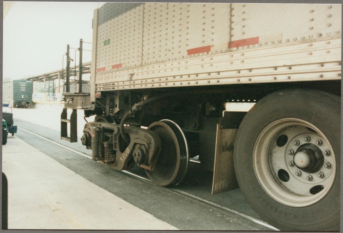 """Detaljbild av en så kallad """"RoadRailer"""", en godsvagn som kan användas både på järnväg och vanlig väg utan extra omlastning av godset. Tagen under ett besök i USA av Trafikaktiebolaget Grängesberg - Oxelösunds Järnvägar, TGOJ."""