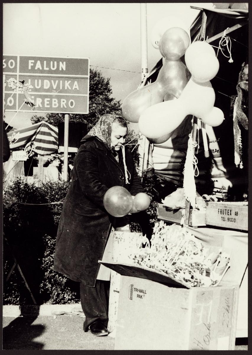 Donna Donnatello blåser upp ballonger på Kopparbergs marknad. Foto Ragnar Eriksson