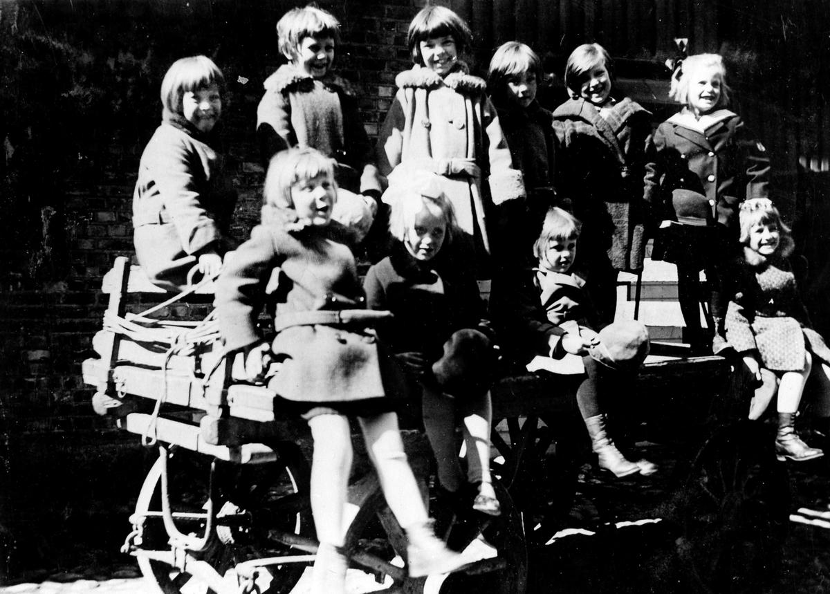 Gruppbild på ett antal barn på en privat kindergarten på Kungsgatan kvarteret Pärlan 10. Brita Håkansson drev kindergarten i övervåningen på huset. Brita var dotter till  järnhandlare Hjelmqvist.