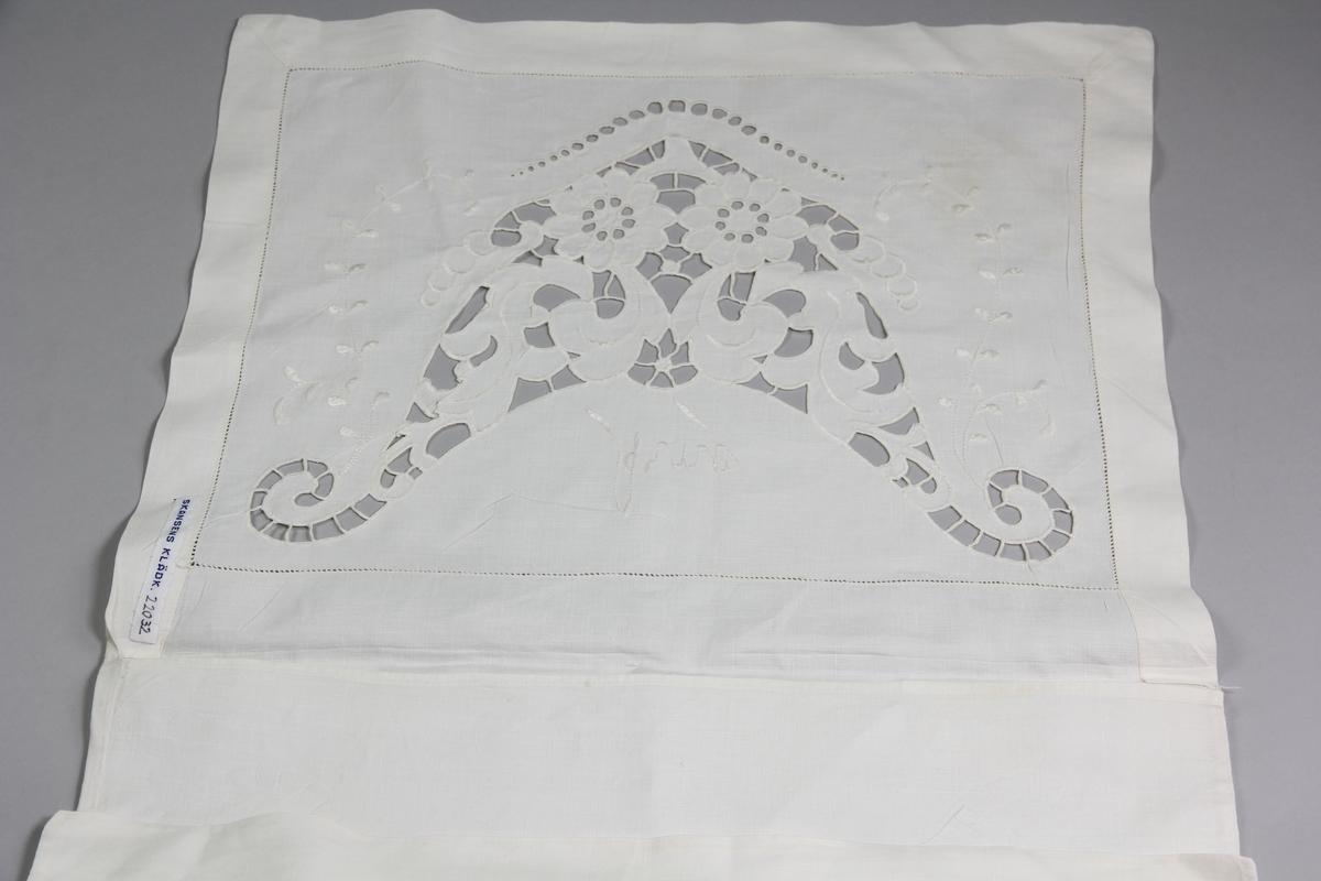 Pyjamaspåse i linne med engelskt broderi på locket. Ovanför broderiet som består av blommönster är namnet Arne inbroderat.