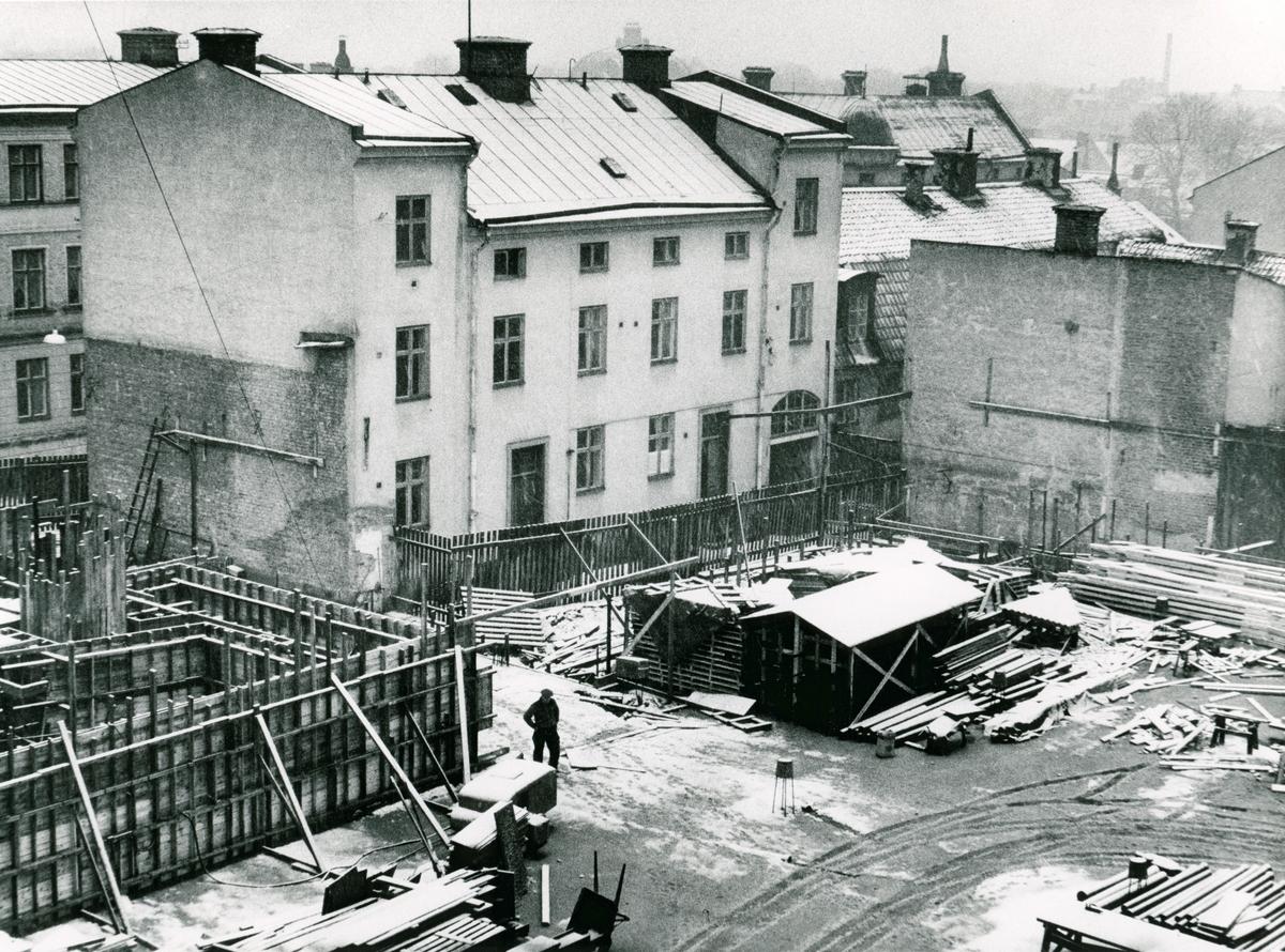 Vattengatan 13 i kvarteret Haken. Gårdssidan på en byggnad från 1800-talets senare hälft. Bilden är tagen i samband med rivningsansökan 1956.  Vy mot nordost.