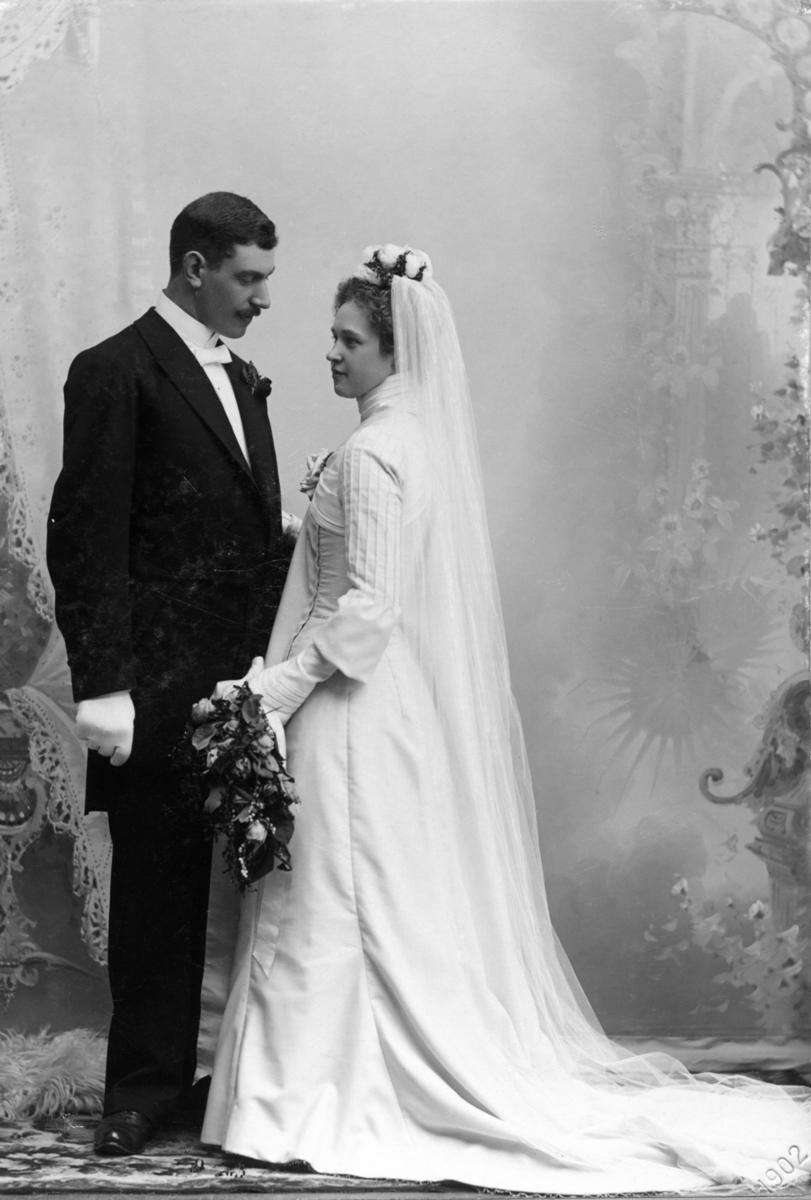 0cc1f9a04997 Bröllopsfoto av brudparet Ellen och Oscar Persson. Brudgum klädd i frack,  bruden har lång