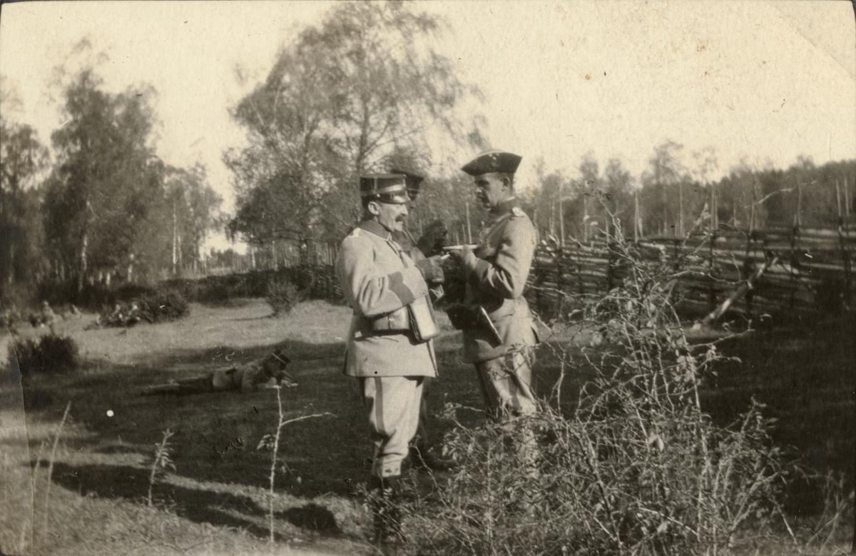 Officerare under fälttjänstövning.