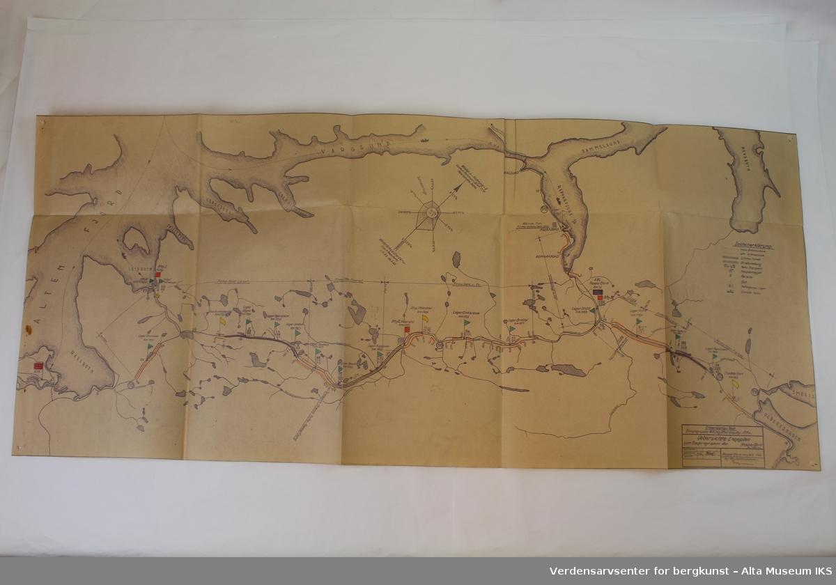 5 gule mapper med innhold og et kartblad over Norge nord for Dovre.