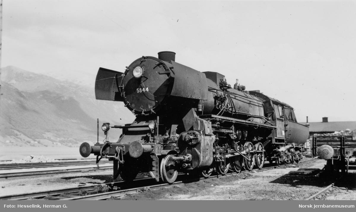 Damplokomotiv type 63a nr. 5844 på Åndalsnes stasjon.