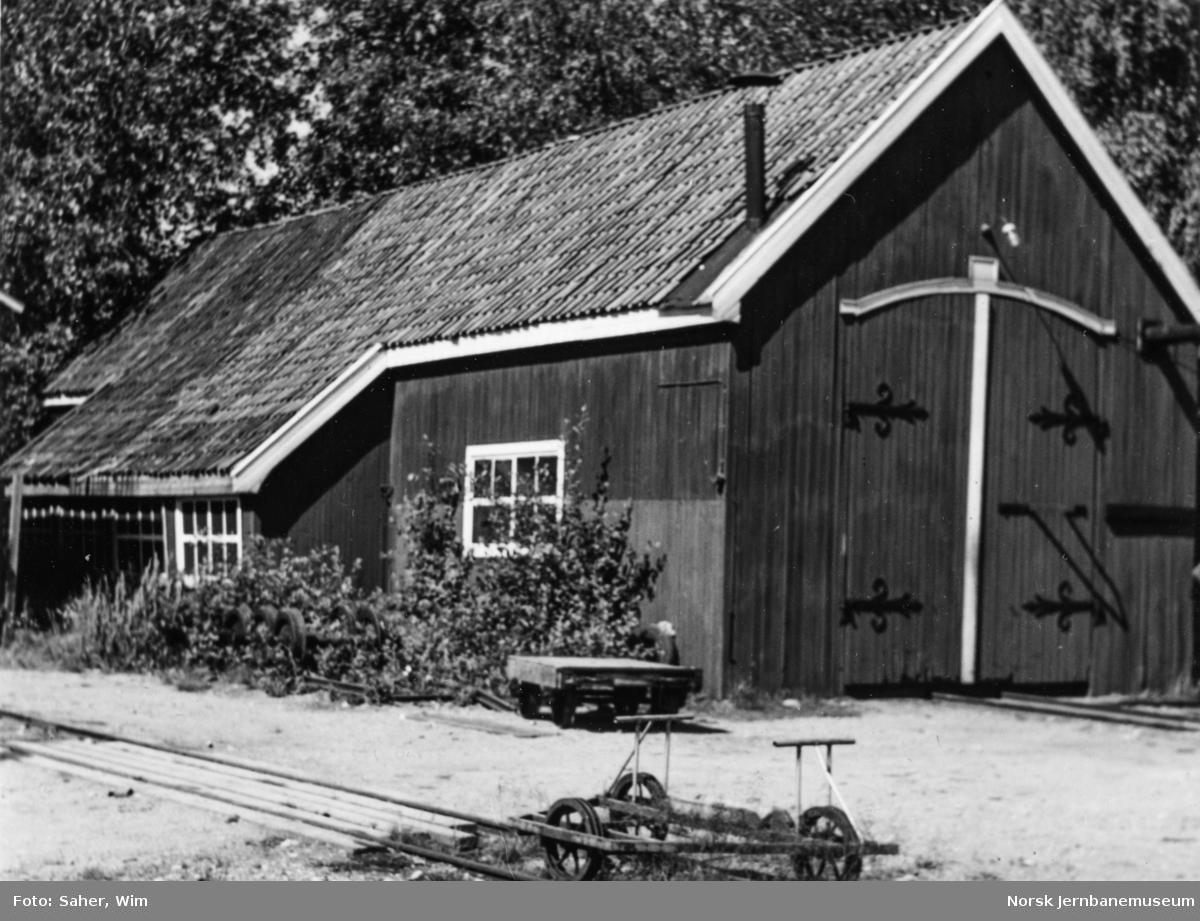 """Aurskog-Hølandbanens vognverksted på Bjørkelangen, kalt """"Røde Mølle""""."""