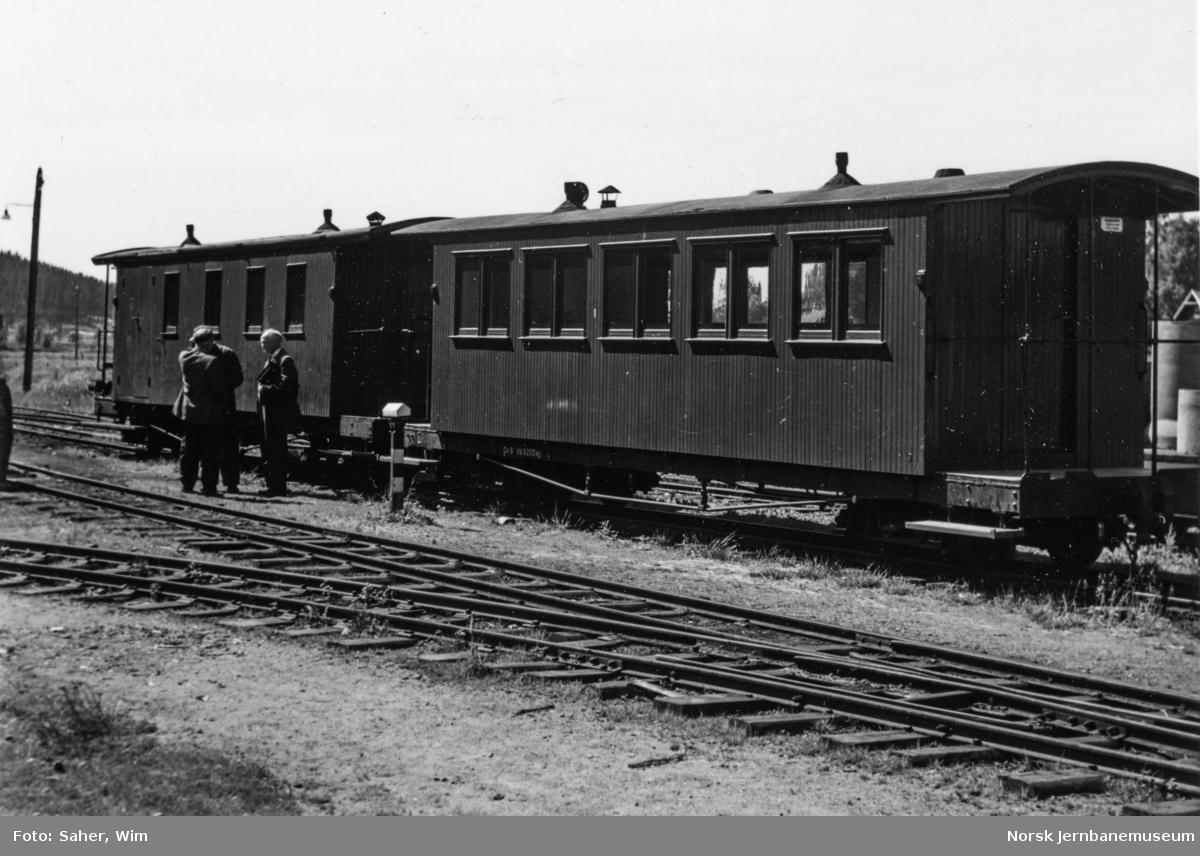 Aurskog-Hølandbanens personvogner Co 9 (nærmest) og CFo 8.