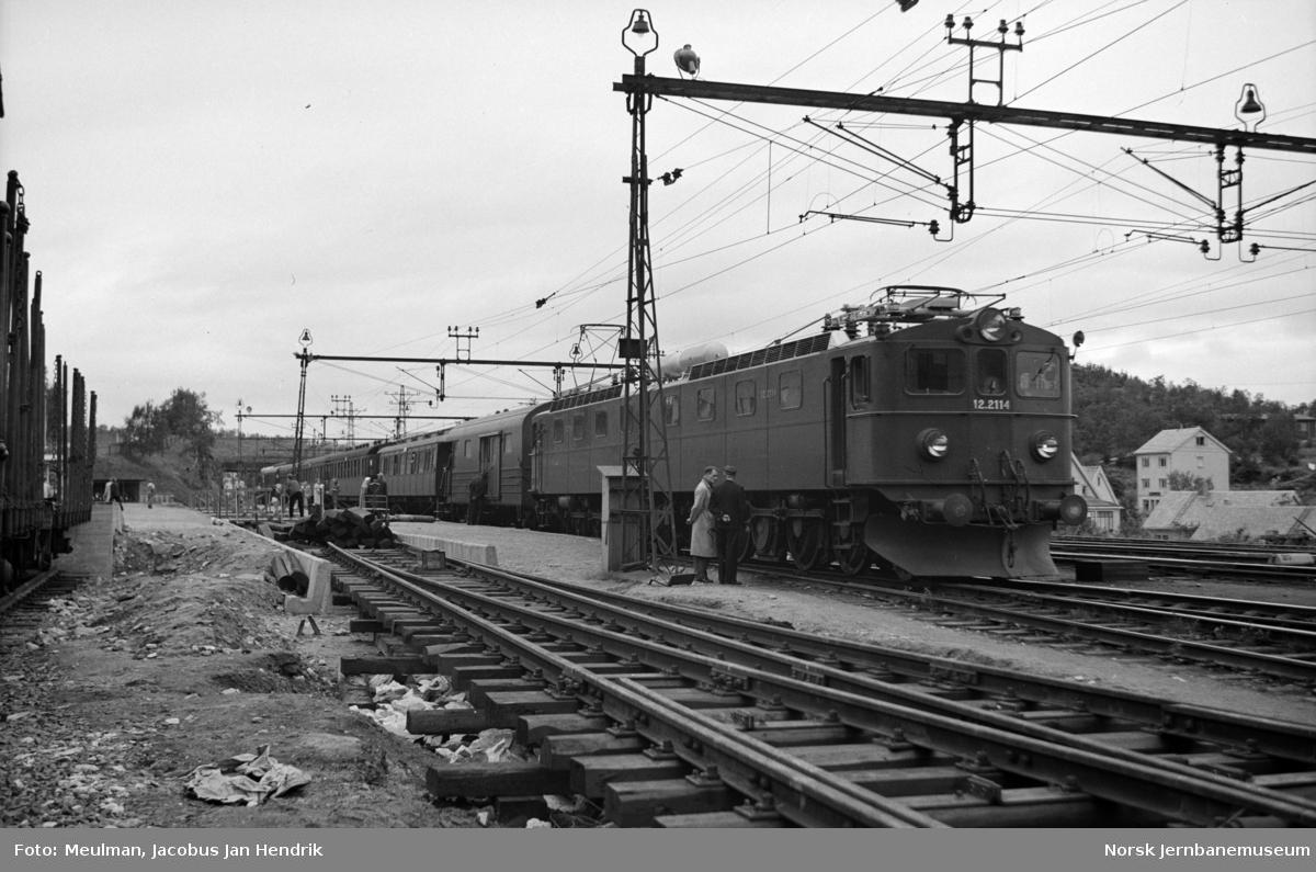 Elektrisk lokomotiv type El 12 nr. 2114 og 2115 med persontog til Gällivare på Narvik stasjon.