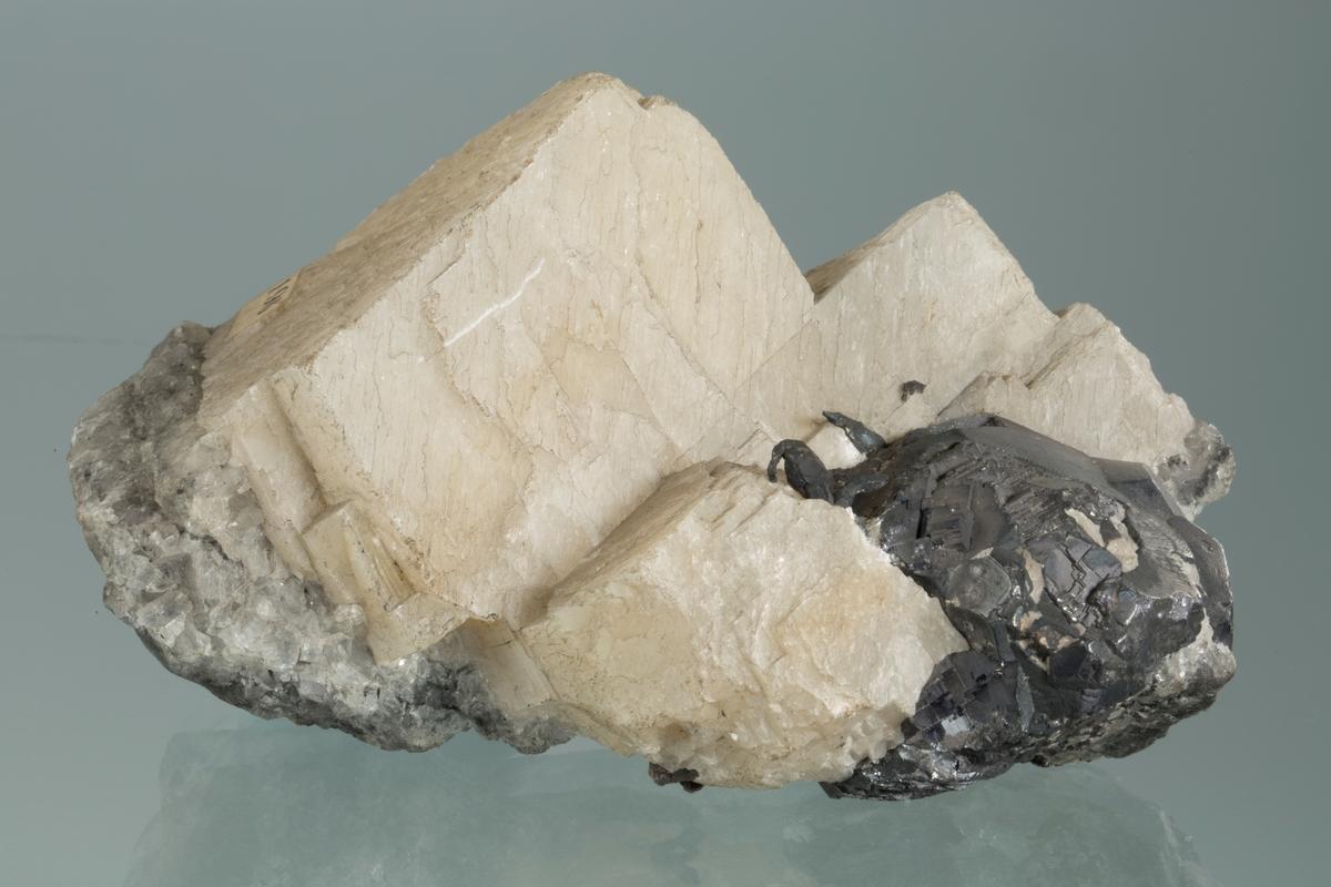 Blyglans, trådsølv og kalsitt Etikett: 196 Vekt: 500,05 g Størrelse: 11 x 6,5 x 5 cm