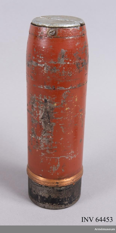 Grupp F II. Livet är rödbrunt, basen svart. I toppskruven en gängad blypropp med skruvskåra.