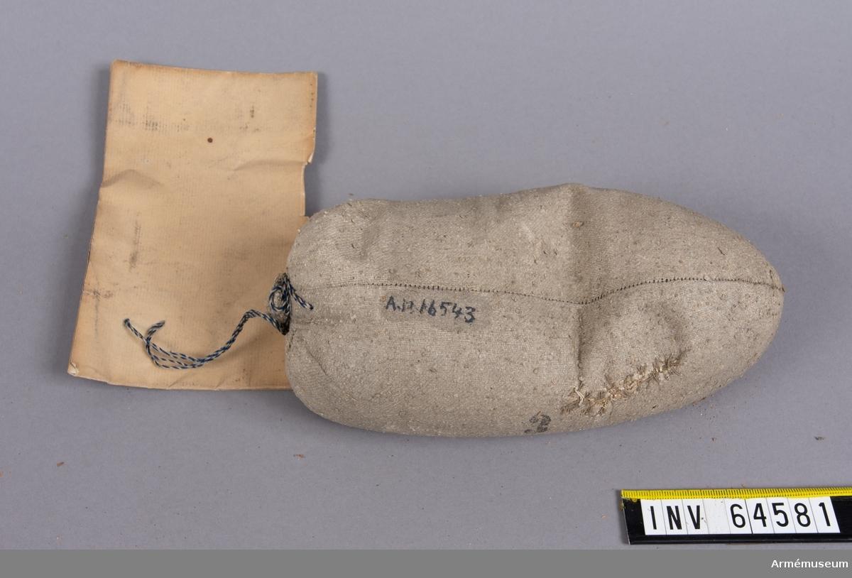 """Grupp F II. Till 10 cm framladdningskanon m/1863. 1,275 kg. Modell till fylld kardus á 3-pund laddning för 3""""24 refflad kanon, gällande till efterrättelse vid tillverkning för fältartilleriet. Stockholm den 3 april 1868. A. Nordenflycht. T. if. Generalfälttygmästare."""