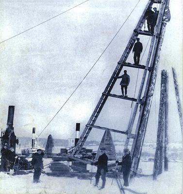 Gammelt foto av menn ved pålebukk ute på elveisen.. Foto/Photo