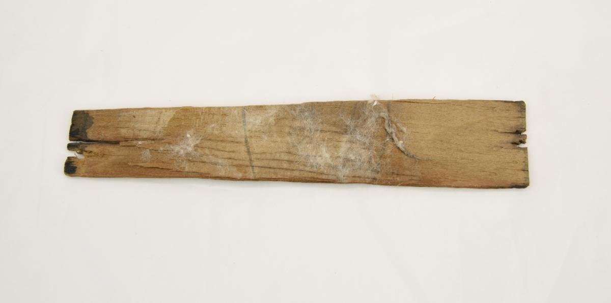 Bicorne eller paradhatt av silkesfelb med gyllene detaljer av tvinnad metalltråd. Hatten förvaras i en svartmålad hattask som är gjord av teak. Hattaskens trä har torkat med tiden och därmed fått en del torrsprickor. Det finns en avsliten läderrem i lådan som är märkt B H Santesson. Hattasken är låst med ett hänglås av mässing med vidhängande nyckel.