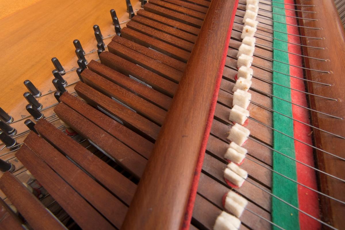 Taffelpianoet består av en instrumentkasse, med et todelt lokk som er festet i hengsler. Det har også et løst lokk som kan festes i front hvis instrumentet skal låses igjen. Instrumentkassen står på fire dreide ben, og midt under instrumentet er den en lyreformet fot, hvor det er festet en fotpedal. Til hvert av de dreide beinene er det festet hjul.   Taffelpianoets omfang er seks oktaver pluss en kvint. Det er festet et notestativ på toppen av instrumentkassen. Dette består av fem tynne trepinner og en grøvre stokk hvor hensikten er å støtte notearkene. Notestativet har en rektangulær form, og det er sammenbrettbart. Det er festet med til sammen ni skruer. Det løse lokket kan festes i fremkanten av instrumentet, og det er et nøkkelhull i underkant av klaviaturet. Lokket er dekket av finér, og det er festet to dreide knotter til lokket. Det følger ingen nøkkel til instrumentet.   Instrumentkassen er rektangulær med konkave hjørner. Hele instrumentkassens sarg er dekt med finér. Lokket er sannsynligvis av heltre, og det er dekorert med en tynn gullfarget heltrukken linje som er formet som et rektangel ti cm fra lokkets kant. Lokket er delt i to deler, og det kan holdes oppe ved hjelp av to pinner som er festet til innsiden av instrumentets kortside. Under instrumentet lokk er litt under halvparten av instrumentet dekket med et dekorasjonsbrett med et gjennombrutt bladmønster. På høyre side av instrumentet, og under dekorasjonsbrettet er det et trelokk som er forgyldt med gullfarge. I dette lokket er det til sammen festet 36 skruer. Dette er også dekket med fire felter med malt bladdekor. På instrumentets vestre side finner du instrumentets mekanikk med hammere og tråddempere.   Det følger fire svarte runde gulvbeskyttere som skal ligge under pianoets fire hjul.  Beina er dreide, og midtpartiet er formet som en sjukant. Disse er sju cm på de bredeste partiene.  Det er en pedal som er festet i et bein midt under instrumentet. Denne er formet som en lyre.