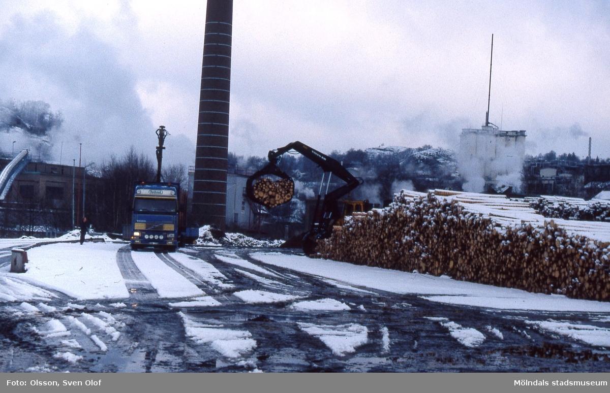 Arbete vid vedgården på pappersbruket Papyrus industriområde i Forsåker, Mölndal, i mars 1999.