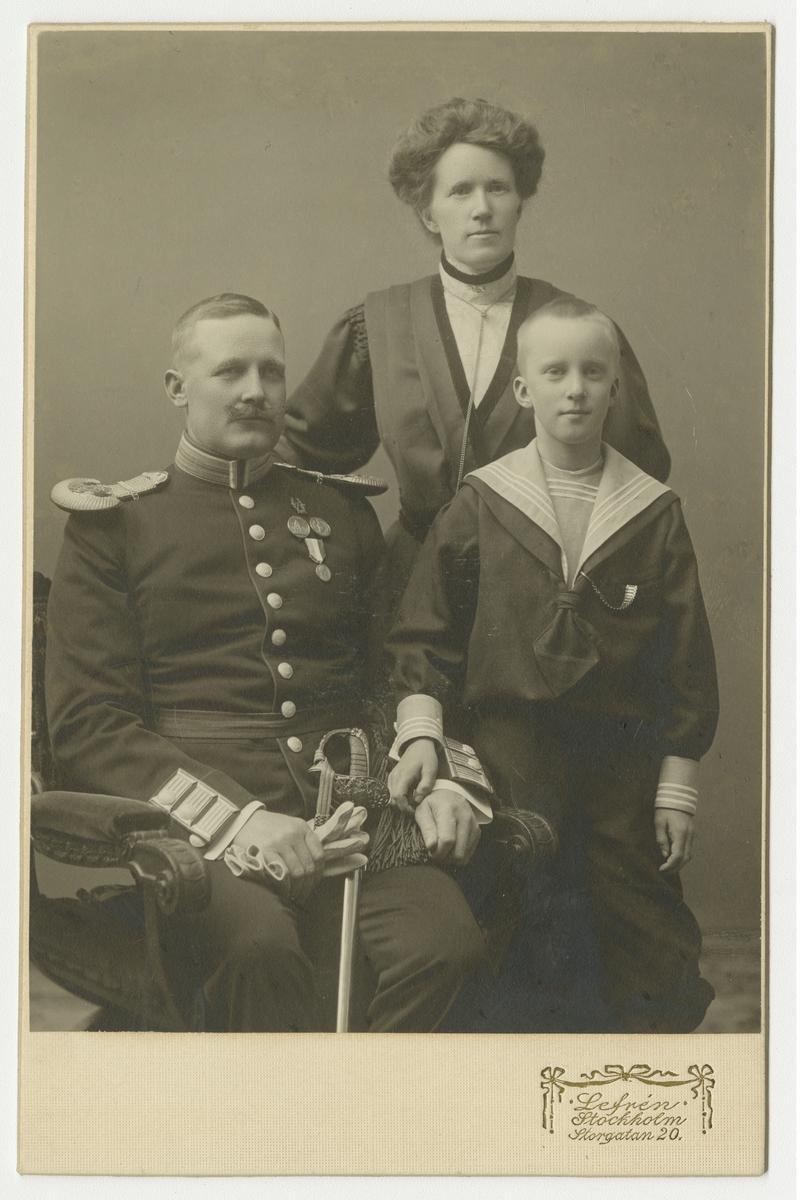 Porträtt av familjen Malmsten; Carl August, Kristina (född Olsdotter Hult) och sonen Bror Ivar.