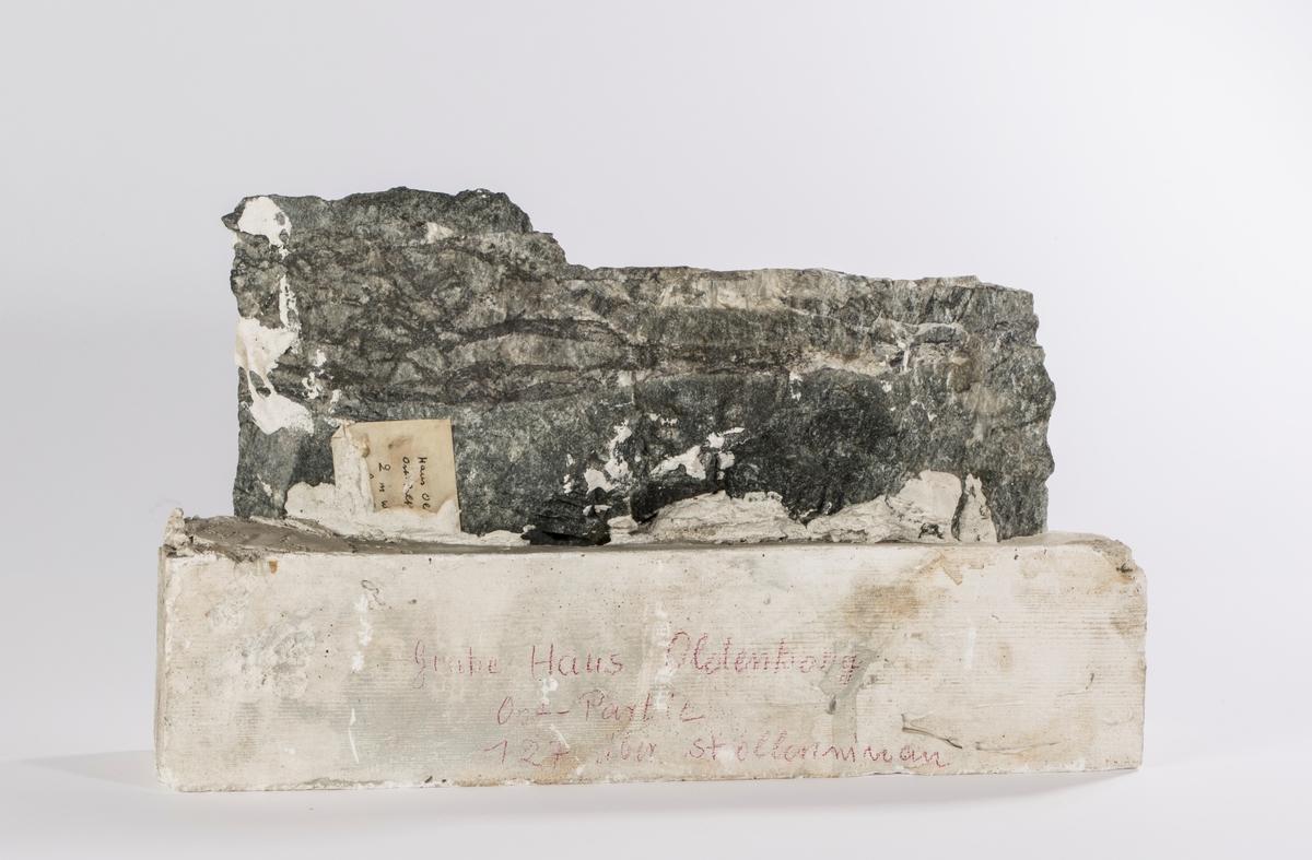 """Polert stuff fra Haus Oldenburg, innstøpt i gips Vekt: omtrent 5,5 kg Tekst pågips: """" Grube Haus Oldenburg Øst-Partie 127 über stoll....."""" Etikett på prøve delvis dekket av gips"""