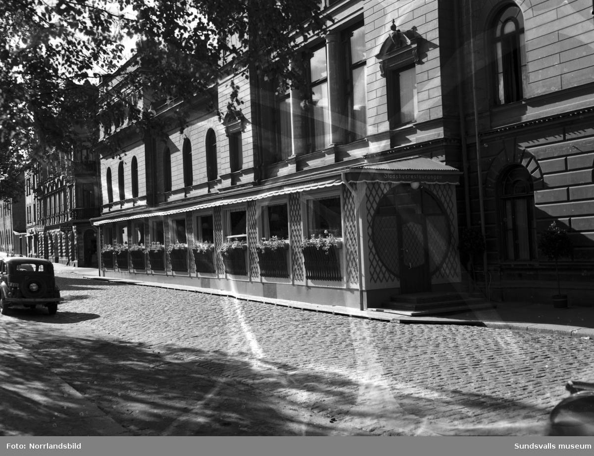 Stadshusrestaurangens nya veranda, exteriör och interiör. Längre bort på Kyrkogatan syns skyltarna: Palma och Café Blå Lyktan.