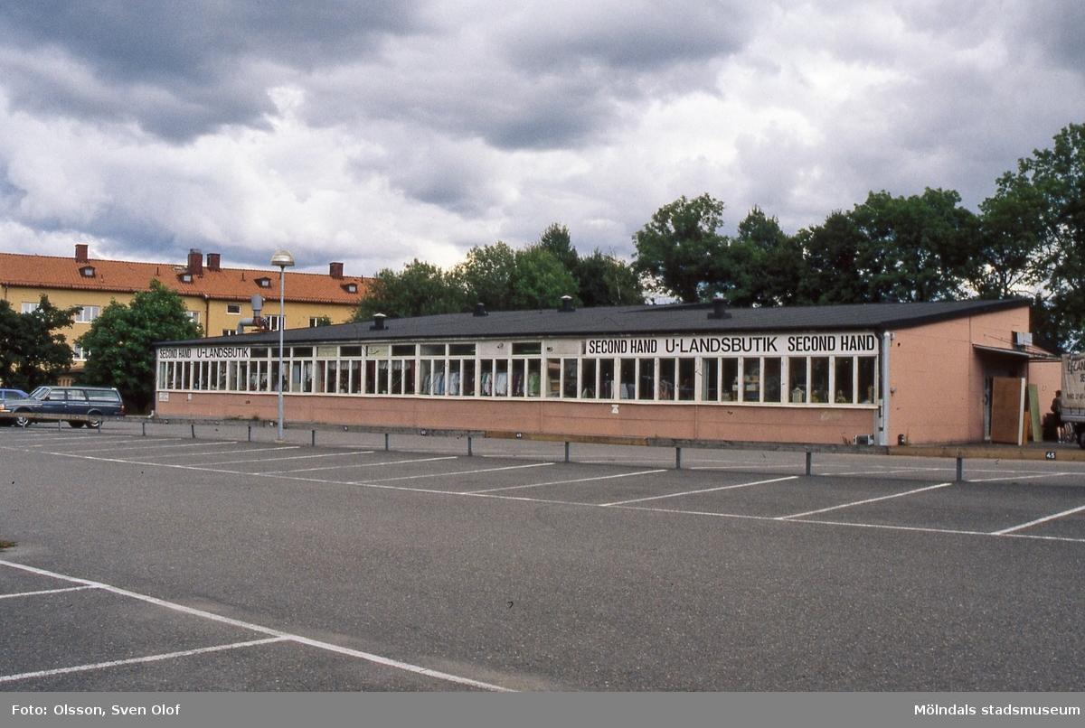 Bosgården i Mölndal, augusti 1999. I den gamla verkstadsskolan Fässberg C hade Pingstkyrkan sin försäljning Second Hand/U-landsbutik. Verksamheten flyttade till Ågatan.