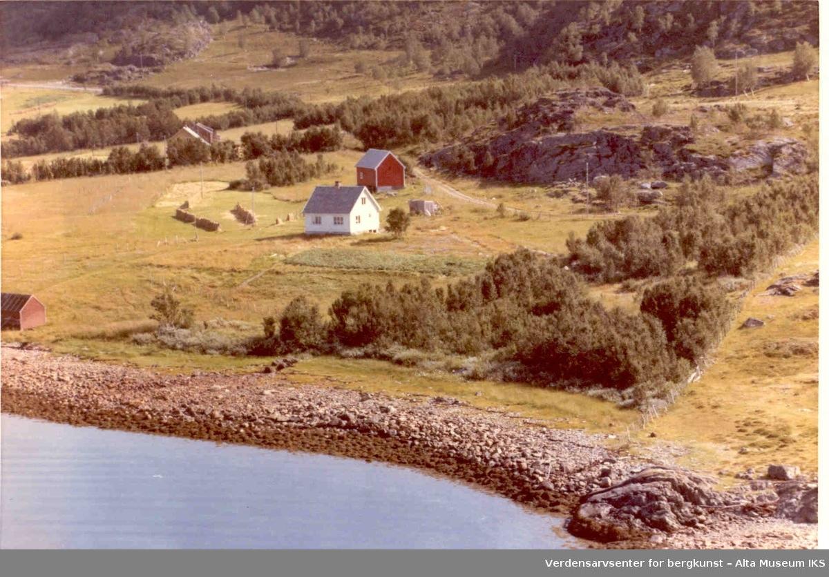 Laukvik, bolighus, uthus, gårdstun, jorder, Altafjorden