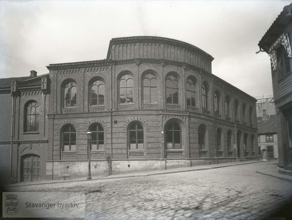 Bygningen var opprinnelig i Stavanger Sparebanks eie. Den ble reist i 1863 etter tegninger av arkitekt Conrad Fredrik von der Lippe