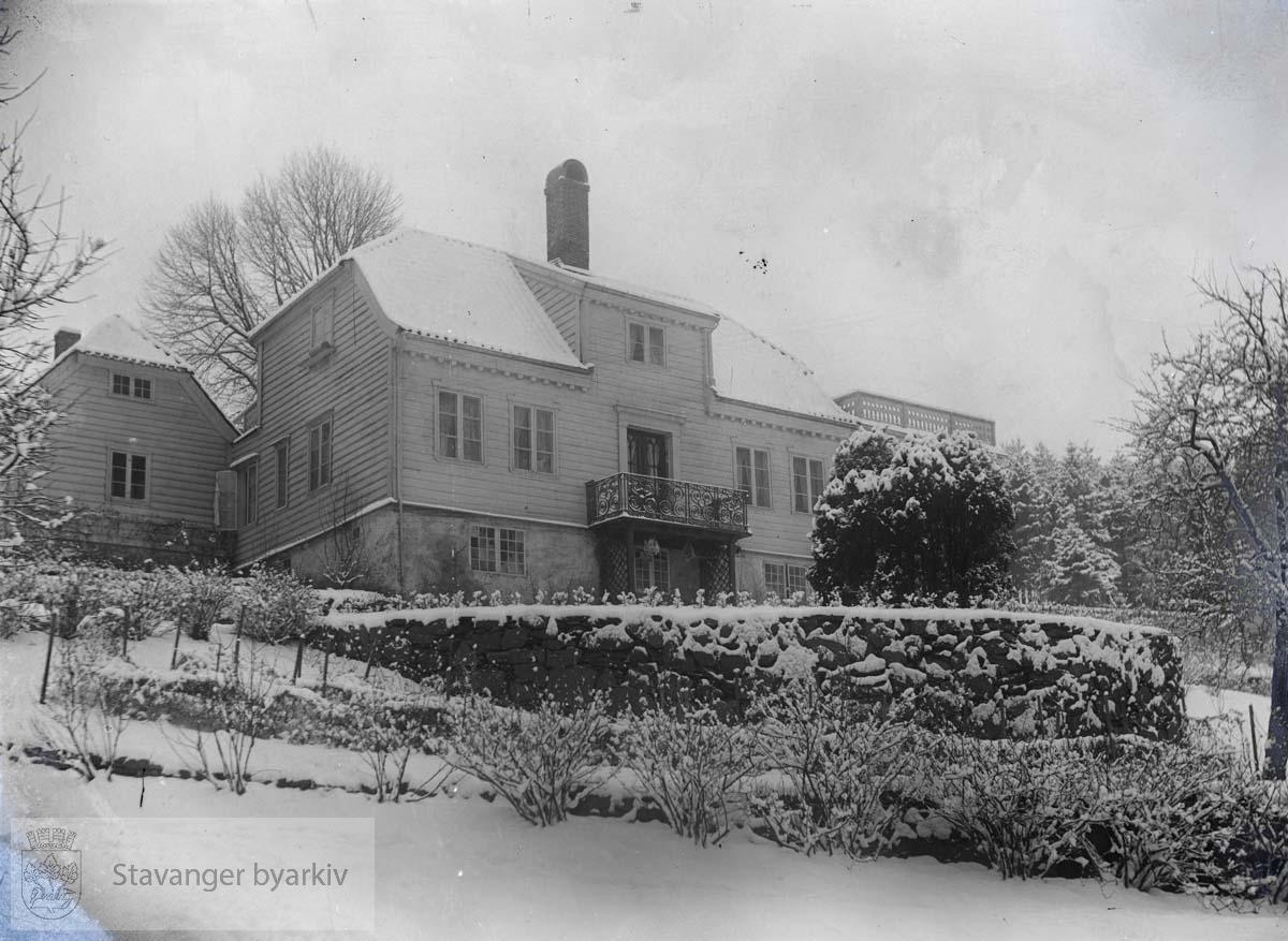 Bygningen ble opprinnelig reist av sorenskriver Eiler Hagerup Schiøtz som landsted. Senere kom mange om- og påbygninger.