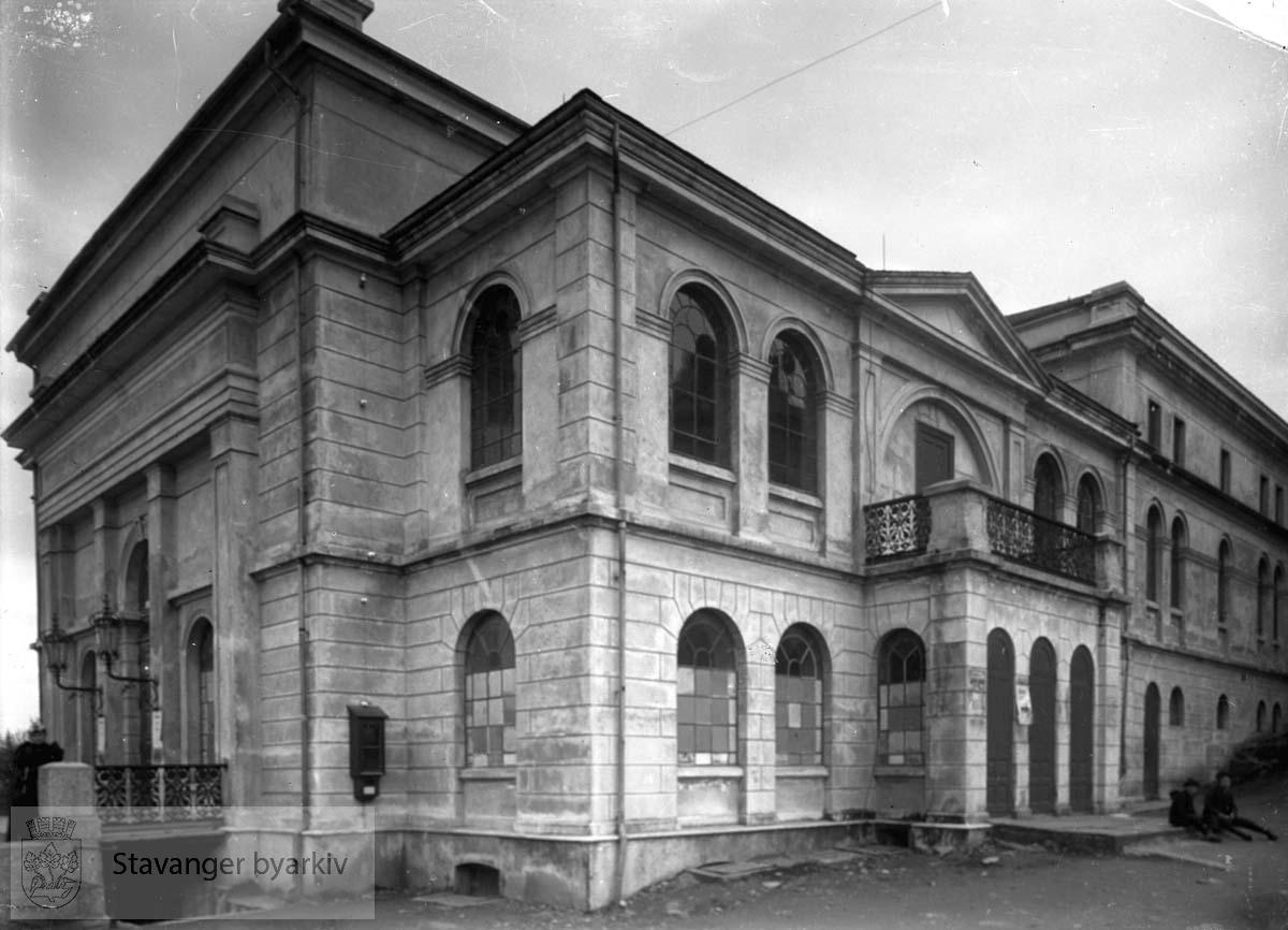 Tegnet av arkitekt Hartvig Sverdrup Eckhoff (1855-1928) og innviet i 1883 med åpningsforestilling søndag 15. april. Den opprinnelige fasaden med hovedinngangen til venstre. Bygningen er siden 1895 påbygd i flere omganger. Fra 1947 er navnet Rogaland Teater A/S.