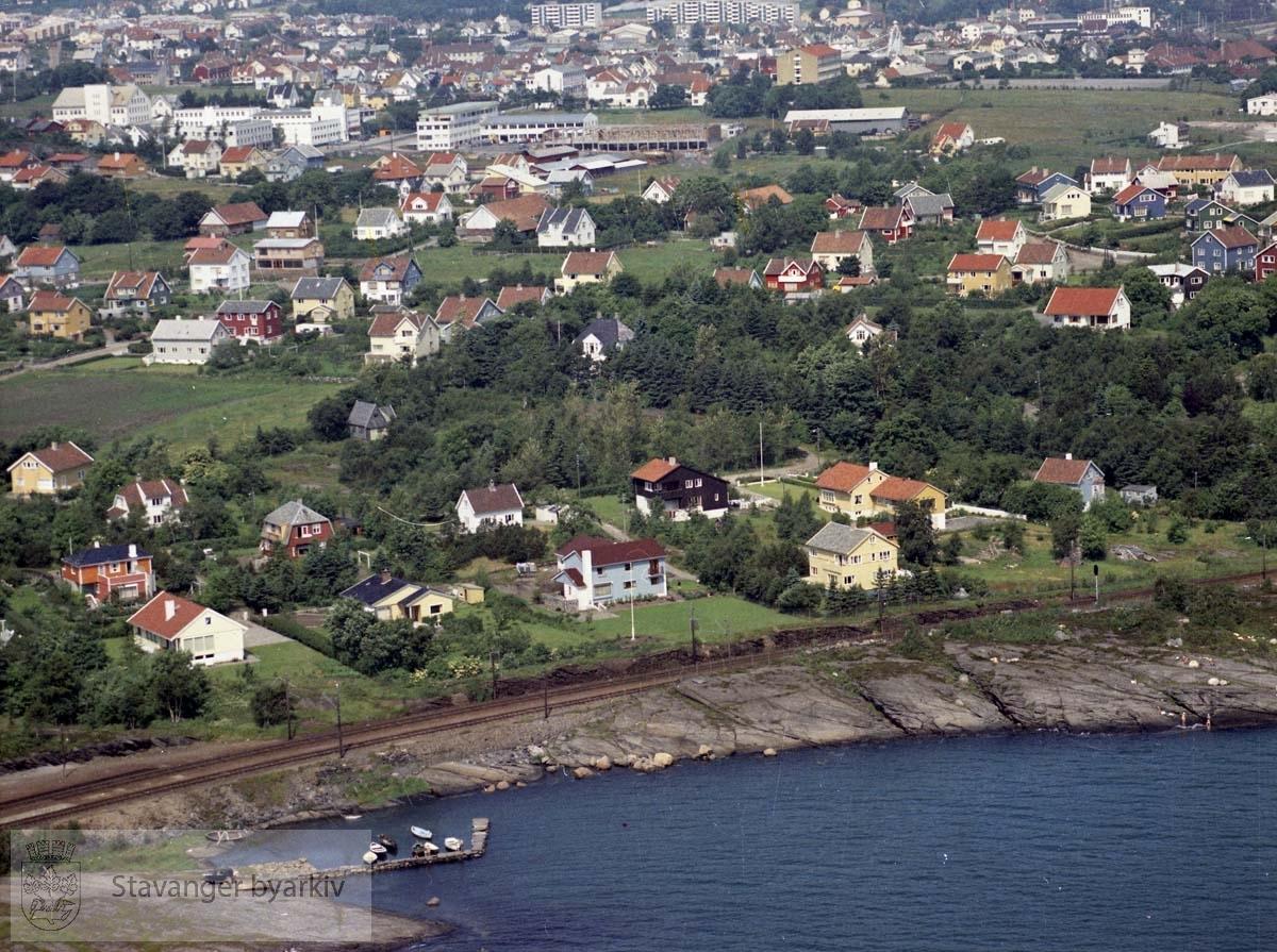 Kristianlyst sett fra Gandsfjorden, med Mariero gamle togstasjon like utenfor bildekanten nede til venstre..Maskinhuset, Kvaleberg skole i bakgrunnen..Bebyggelse til Bruvikveien, Gandsveien, Wilhelm Sundtsv, Sundtagårdsveien, Fagerflåtveien, Zetlitzveien