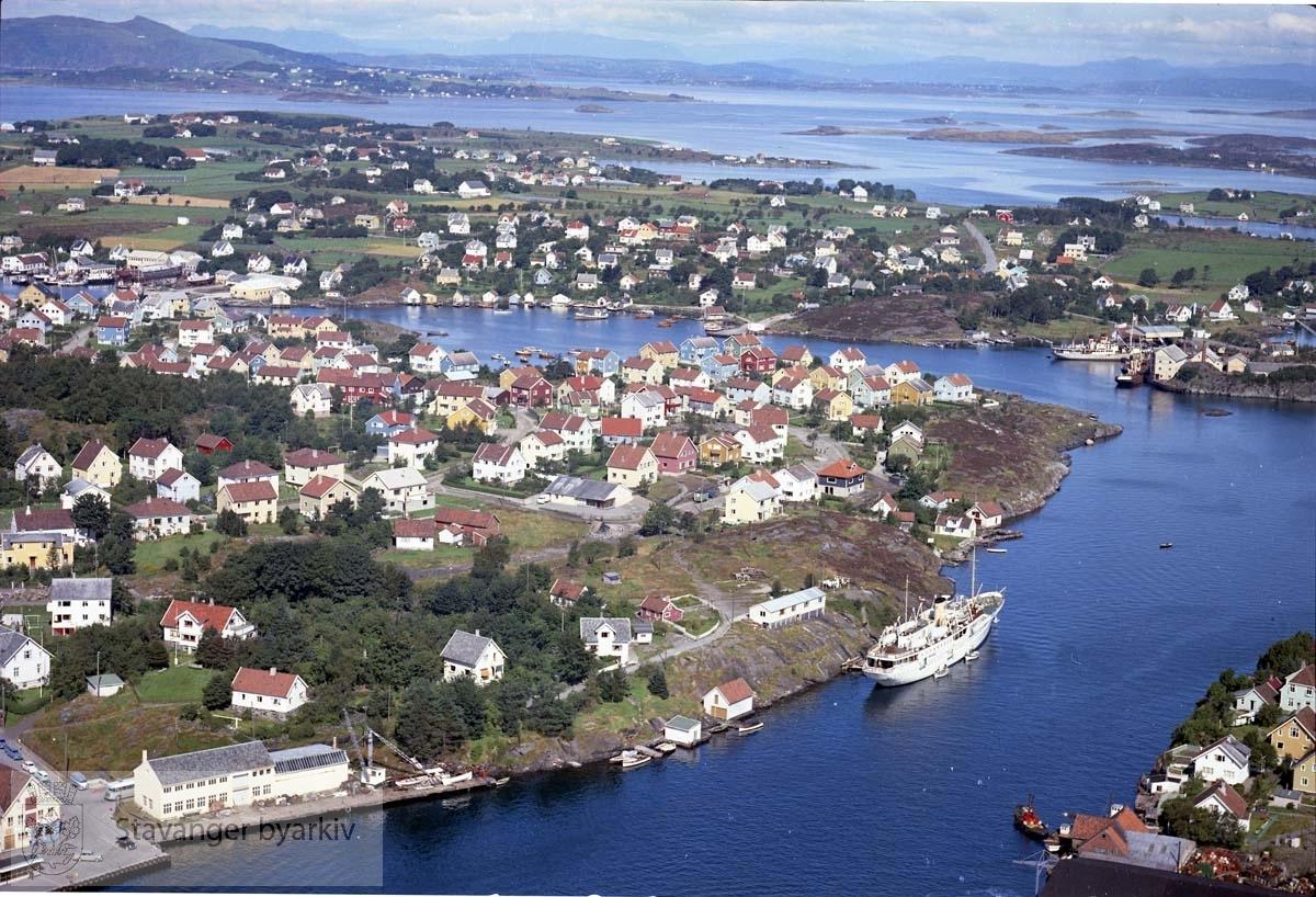 Buøy med Galeivågen. Litt av Engøy til høyre..Hundvåg...Husene ligger i dag til: Smaleveien, Buøy Ring, Myrabergjet, Sleipners gate, Fregattveien og Runeveien.