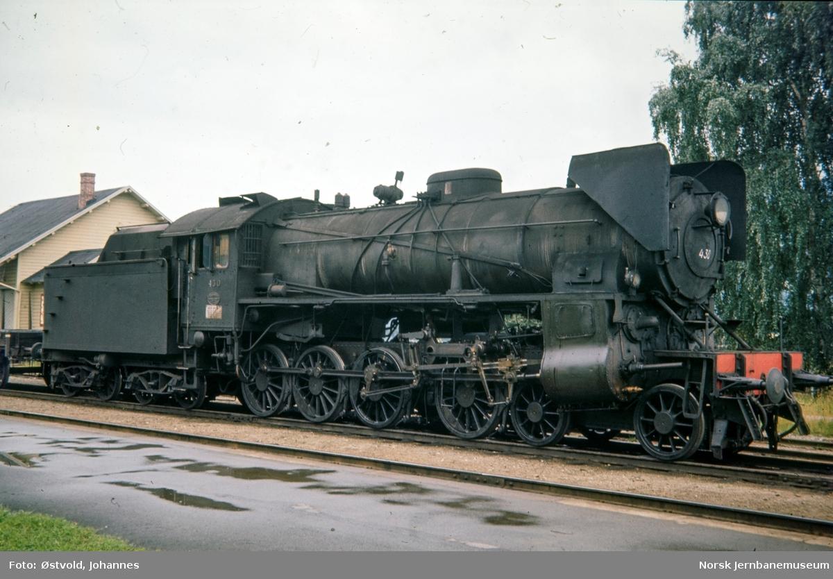 Damplokomotiv type 31b nr. 430 med godstog på Hundorp stasjon.