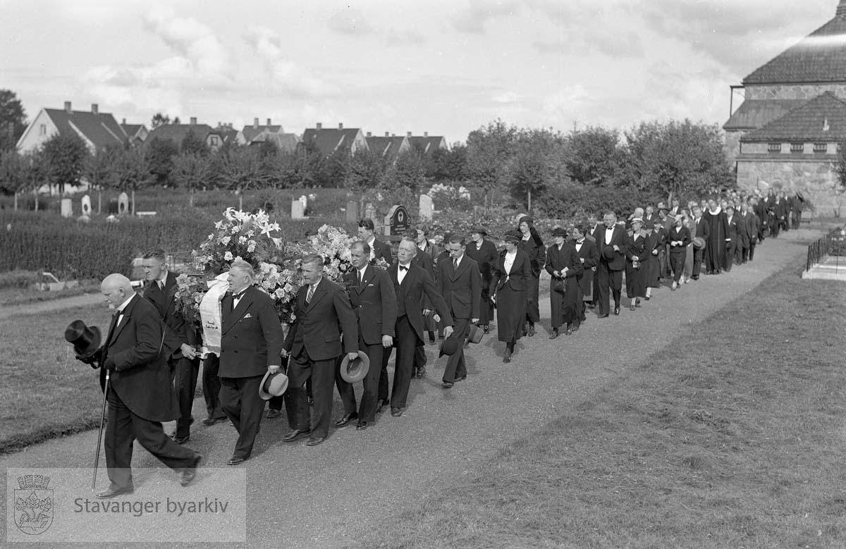 Begravelsesfølge ved Eiganes gravlund.